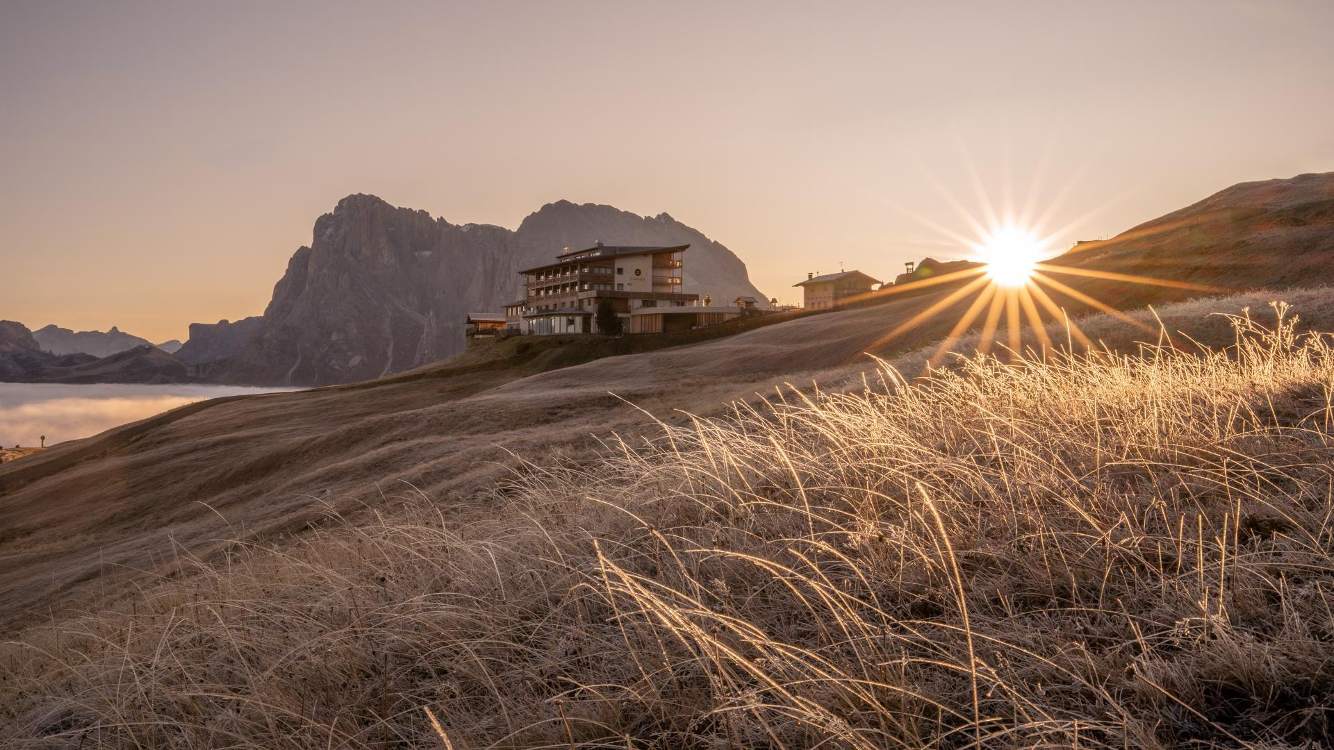 hotel-goldknopf-seiser-alm-herbst-sonnenaufgang-11